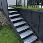 Escalier métal extérieur marches tôles larmées