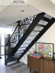 Escalier en acier avec garde corps laser