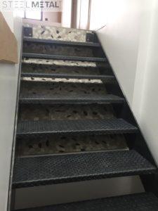 Escalier en métal tôle larmée, droit