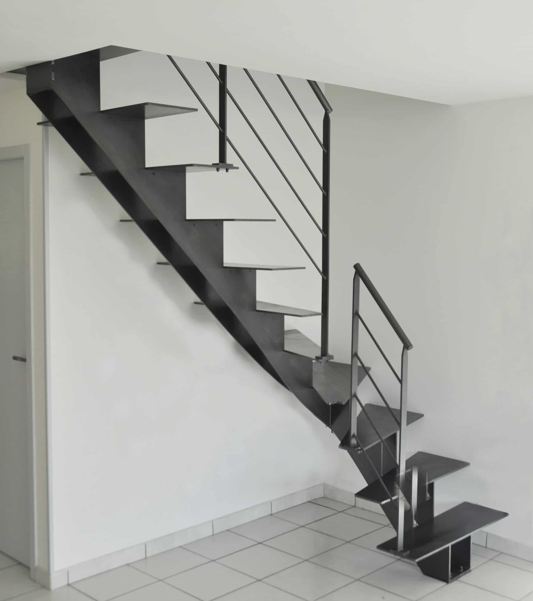 escalier en m tal un quart tournant avec limon central. Black Bedroom Furniture Sets. Home Design Ideas