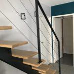 escalier metal et bois droit avec garde-corps