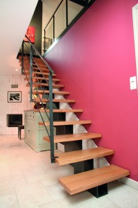 Escalier moderne en bois et limon central Stahl