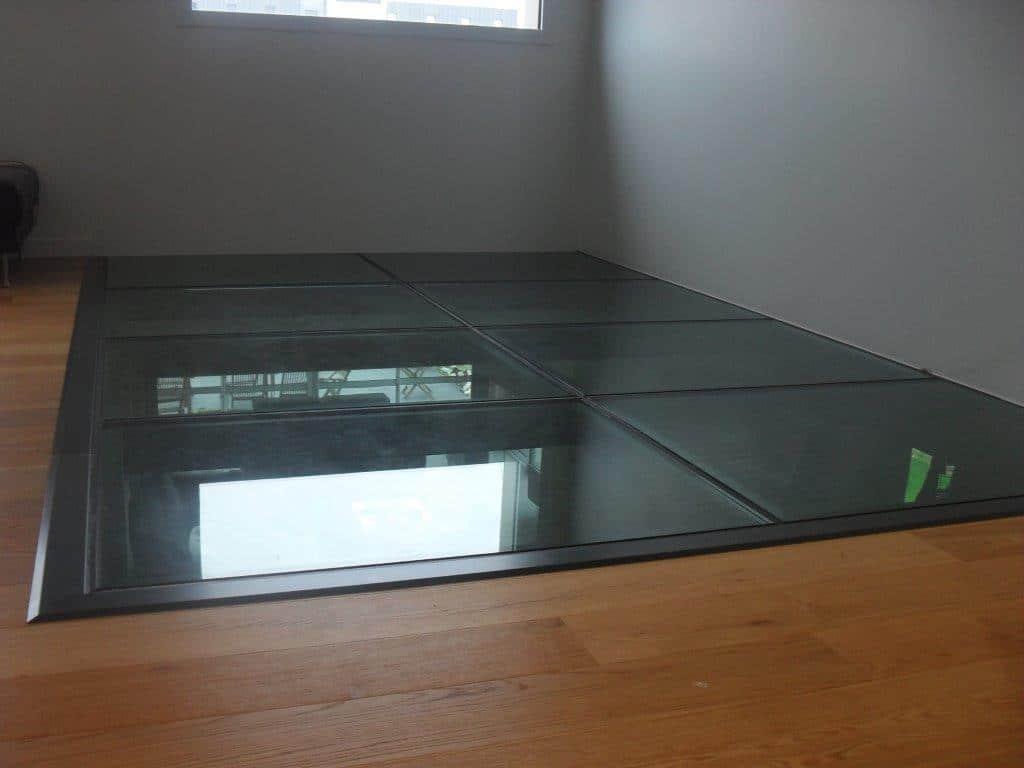 Plancher de verre metallique
