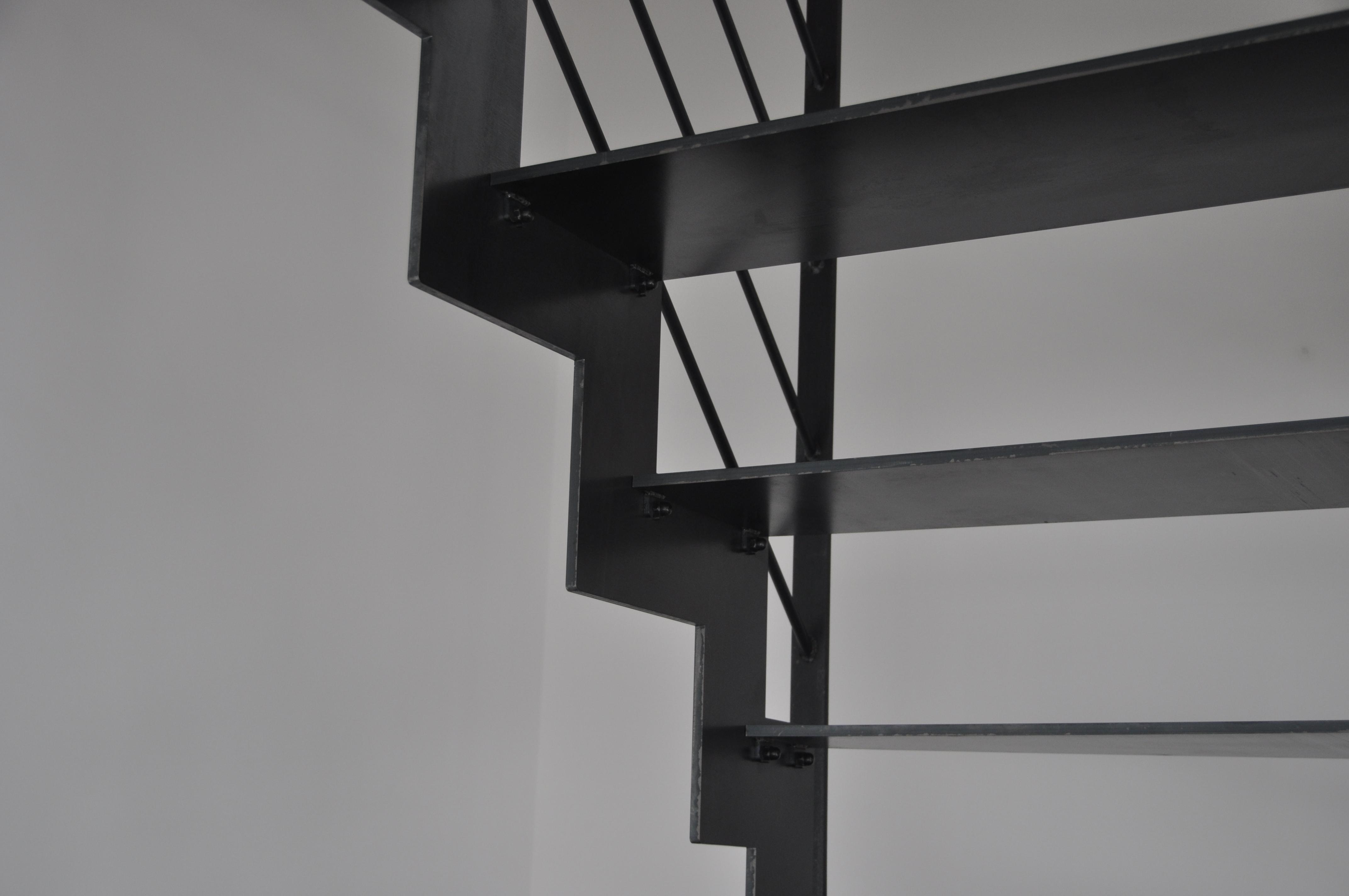 escalier en métal dans le morbihan vu d'en-dessous
