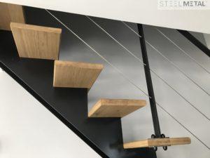 Escalier métal et bois avec garde-corps câbles inox