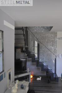 Escalier métal quart tournant avec garde-corps vitré