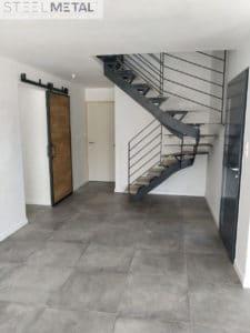 Escalier deux quart tournant KARFE Light et porte coulissante